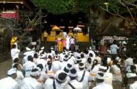 upacara di pura gua lawah